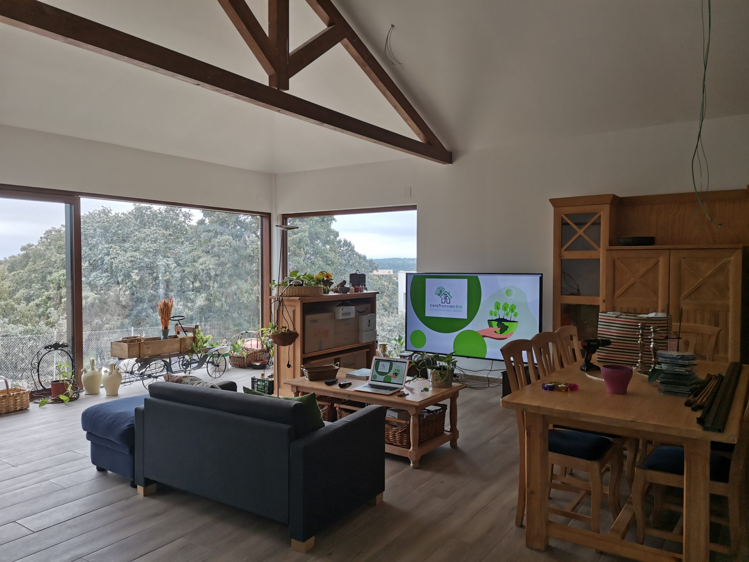 Ambiente interior sano y seguro de casa construida con madera